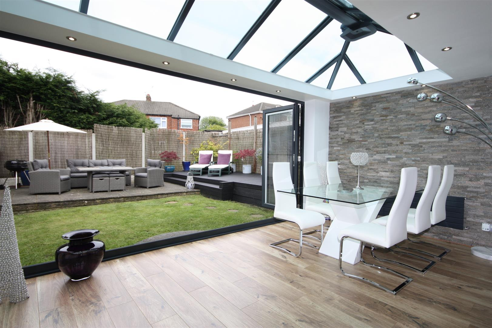 OPEN PLAN LOUNGE/CONSERVATORY
